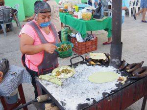 En hornos ahorradores de leña se elaboran quesadillas de nopales, queso, pollo en barbacoa, plátanos asados con frijoles refritos, entre otros alimentos naturales de la región.