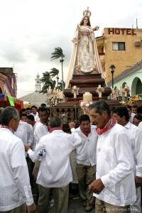 La Virgen de la Candelaria sale del templo para el paseo por el Río Papaloapan.